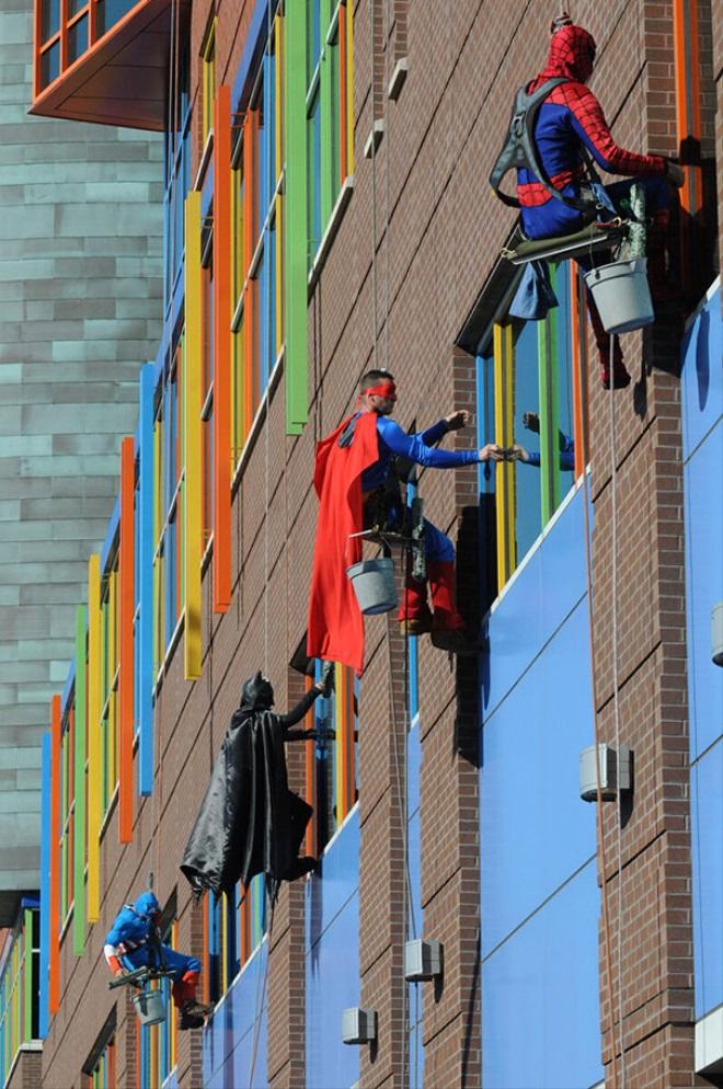 superhrdinovia-umyvaju-okna-image-666-660